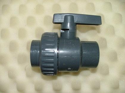PVC-Kugelhahn mit 1 Überwurfmutter u. 2 Klebemuffe