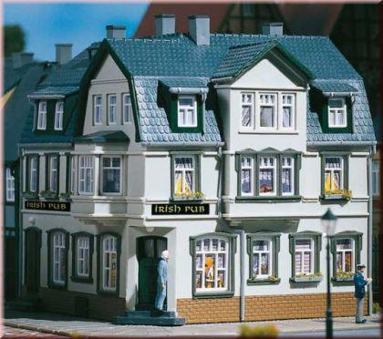 auhagen 12255 eckhaus irish pub kaufen bei modelleisenbahnladen saase leuteritz gbr. Black Bedroom Furniture Sets. Home Design Ideas