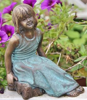 Bronzefigur Mädchen sitzend, Figur aus Bronze
