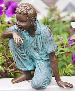 Bronzefigur Junge sitzend, Figur aus Bronze