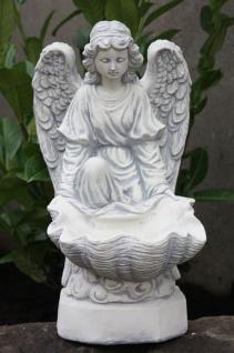 Steinfigur Engel mit Muschelschale, Figur aus Steinguss