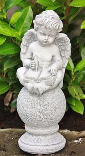 Steinfigur Engel auf Kugel, mit Feder & Buch, sitzend, Putte, Cherub