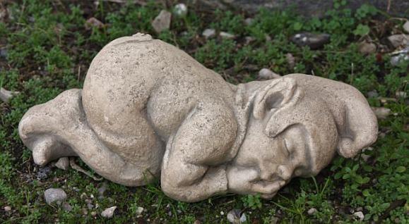 Steinfigur liegender Wichtel als Daumenlutscher