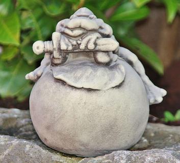 Steinfigur Frosch auf Kugel, Tierfigur aus Steinguss, Märchenfigur