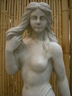 Steinfigur Frau mit Tuch, Skulptur aus Steinguss - Vorschau 3