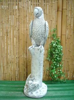 Steinfigur Papagei auf einem Baumstamm sitzend, 90 cm hoch!, Figur aus Steinguss Papageien Vogel Vögel
