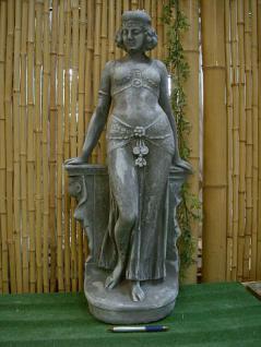 Frau, Skulptur aus Steinguss, im ägyptischen Stil