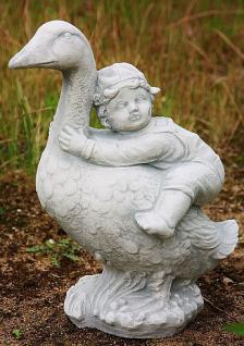 Steinfigur Junge auf Gans, Märchenfigur aus Steinguss, Märchen Vogel Vögel Kind