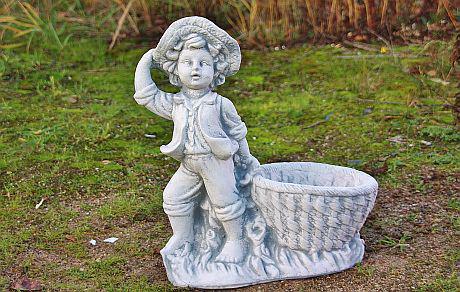 Steinfigur Junge mit Pflanzkorb, Figur aus Steinguss, bepflanzbar
