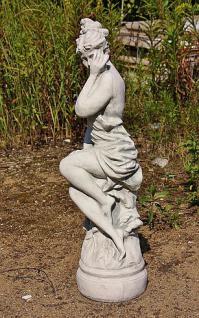 Steinfigur sitzende Frau, Figur aus Steinguss
