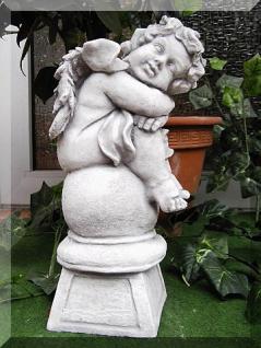 Steinfigur Engel auf Kugel, Skulptur aus Steinguss