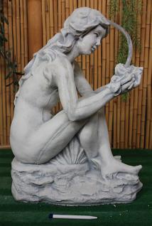 Steinfigur Wasserspeier Rosenfrau, Skulptur aus Steinguss