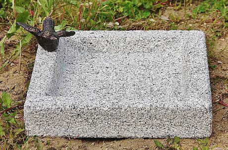 steinfigur bronzefigur vogeltr nke tr nke aus granit mit vogel aus bronze. Black Bedroom Furniture Sets. Home Design Ideas