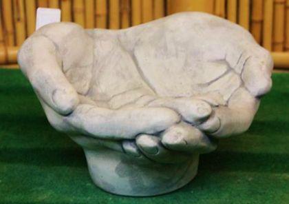 Steinfiguren Vogeltränke Hände, Skulptur aus Steinguss