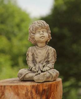 Steinfigur Engel, sitzend, aus Steinguss