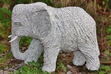 Steinfigur Elefant Benjamin Rechts, Figur aus Granit, mit Stoßzähnen aus Marmor Rüsseltier Dickhäuter