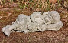 Steinfigur Susie, schlafendes Mädchen mit Katze, Skulptur aus Steinguss, patiniert