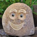 Steinfigur Steingesicht Lacht, Skulptur aus Naturstein