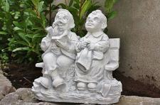 Steinfigur Oma & Opa auf Bank, aus Steinguss