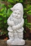 Steinfigur Zwerg mit Besen, Skulptur aus Steinguss