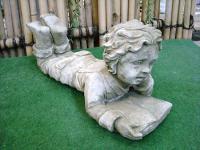 Steinfigur Junge mit Buch, liegend, Skulptur aus Steinguss