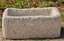 Steinfigur Pflanztrog aus Steinguss, mit weißem Kies verziert