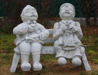 Steinfigur Oma und Opa auf Bank aus Steinguss