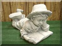Steinfigur Junge mit Buch, liegend, aus Steinguss