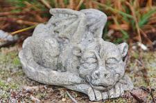 Drache, schlafend, aus Steinguss