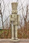 Steinfigur Spielzeugsoldat Fritz, Figur aus Steinguss, mit Vase aus Glas