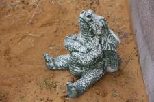 Steinfigur Trotziger Drache, sitzt, aus Steinguss