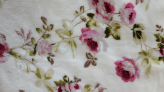 "Kuscheldecke ""Rosen"" 160x210 in den Farben wollweiss-rosé-grün"