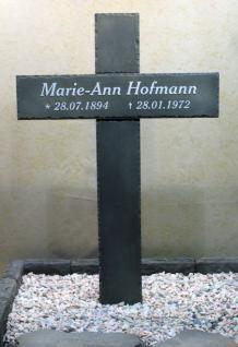 Grabkreuz aus Graphikstein mit eingelassener Schrift, Grabstein