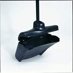 RUBBERMAID Lobby Pro® Müllschaufel mit Deckel Schwarz aus Kunststoff