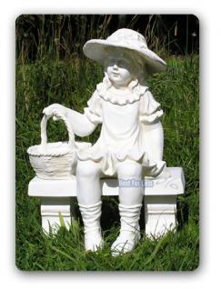 Mädchen auf Bank als Gartenfigur Dekoration