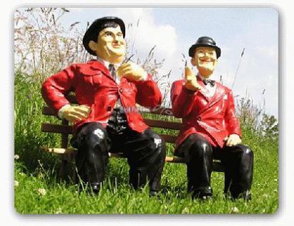 Dick und Doof auf einer Bank als Gartendekoration - Vorschau 3
