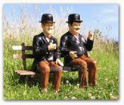 Dick und Doof auf einer Bank als Gartendekoration
