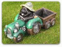 Maulwurf auf Traktor als Gartenfigur