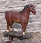 Braunes Pferd auf Rädern Antik Statue und Skulptur Nostalgie