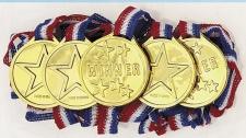 24 Gold Medaillen aus Plastik am Band