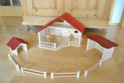 Bauernhof mit 2 Nebengebäuden und 4 Zäune