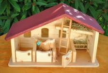 Pferdestall, mit Boxen und Heuraufe