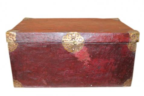 China 1890 seltene Truhe Holz mit Büffelleder bezogen Messingbeschläge