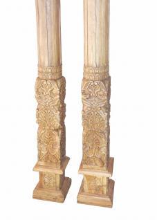Zwei verzierte hohe Säulen Pfeiler aus hellem Sheeshamholz