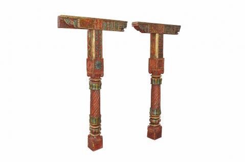 Zwei prachtvoll bemalte Säulen mit zwei Querbalken - Vorschau