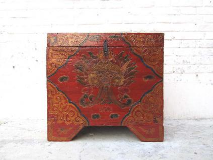 China Tibet kleine 80 Jahre alte Truhe Pinie mit typischer Bemalung Drachenmotiv in Gold und Rot von Luxury Park