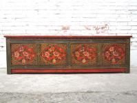 China Tibet 1930 flache Aussteuer Truhe Sitzbank Lowboard rustikale Bemalung Pinienholz von Luxury Park