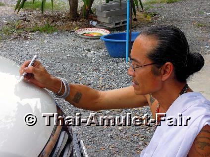 Handgefertigtes Prai Noi Gumaree Thai Amulett des ehrwürdigen und hochverehrten Ajahn Kom Dreiwet, Arsom Baramee Pho Kae, Tanon Malai Maen, Ban Makham Riang,Tambon Bang Kung, Amphoe Mueang, Changwat Suphanburi, Thailand, aus dem Jahr B.E. 2555 (2012). - Vorschau 3