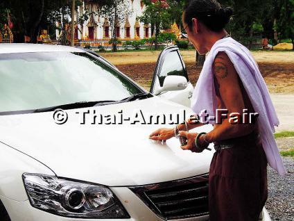 Handgefertigtes Prai Noi Gumaree Thai Amulett des ehrwürdigen und hochverehrten Ajahn Kom Dreiwet, Arsom Baramee Pho Kae, Tanon Malai Maen, Ban Makham Riang,Tambon Bang Kung, Amphoe Mueang, Changwat Suphanburi, Thailand, aus dem Jahr B.E. 2555 (2012). - Vorschau 4
