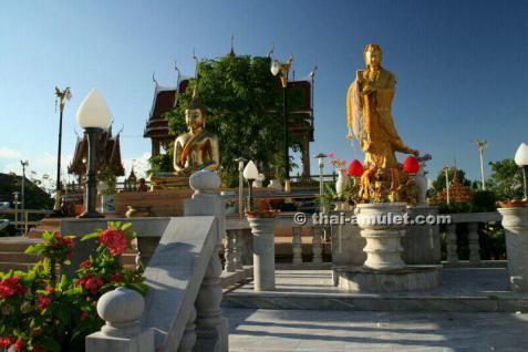 Versilbertes Thai Amulett Chao Mae Guan Im Prathan Porn Ngern Loon Ruun Thep Prasitthi Chook Nuea Chup Ngern (versilbert) des ehrwürdigen Luang Pho Somsak, Abt des Wat Suthat, Bangkok, Thailand, aus dem Jahr B.E. 2553 (2010). - Vorschau 4